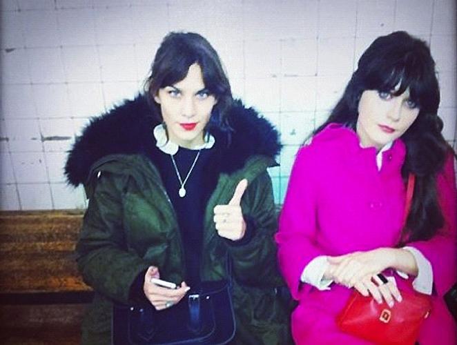 La foto del día: Zooey y Alexa esperan al metro