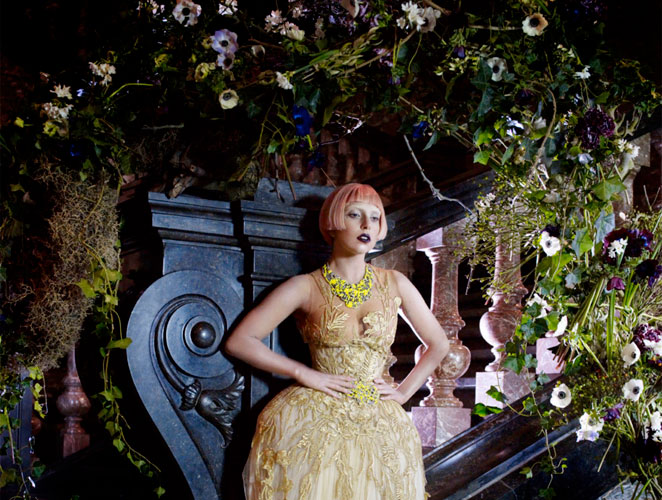 Lady Gaga entre flores
