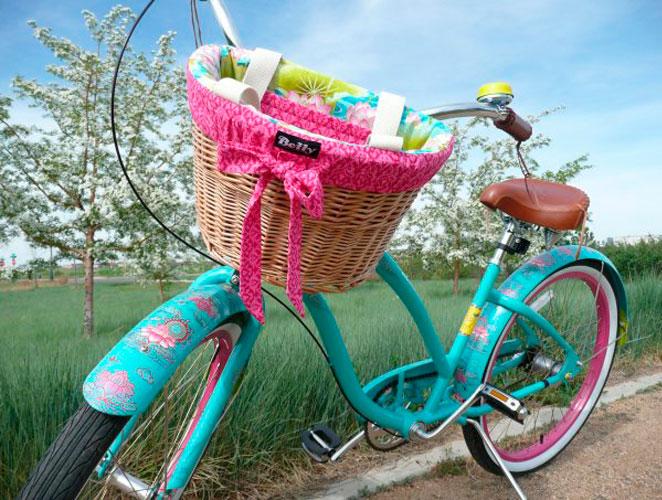 Accesorios chic para vestir tu bici este verano moda s - Cestas para bicicletas ...
