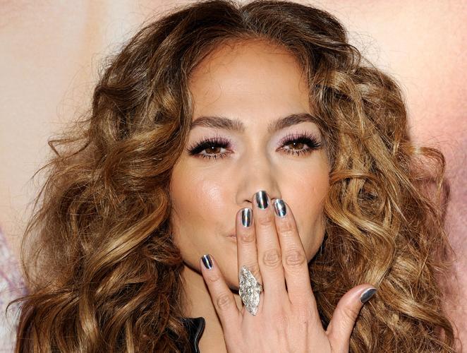 ¿Cansada de ver tus uñas de colores flúor? Apúntate a la manicura en gris