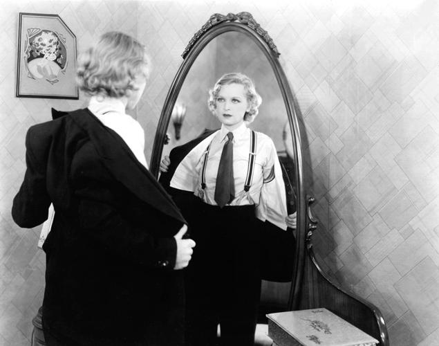 Un a o sin mirarse al espejo es tu reflejo tu peor for Espejo que hace fotos