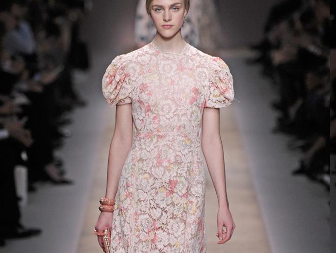 Cómo hacer de un camisón el más precioso vestido, por Valentino