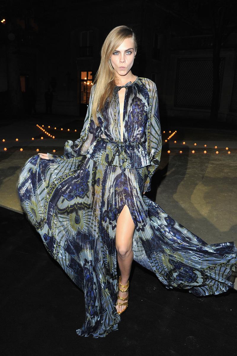 Mientras dormías: Carine Roitfeld vestía a París de negro para presentar su línea de maquillaje con MAC