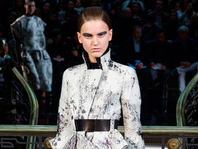 Galliano: bermudas, faldas de tubo y mucho volumen