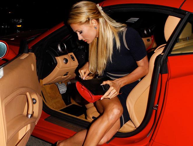 Cómo salir de un coche en minifalda: la generación digital resucita los buenos modales