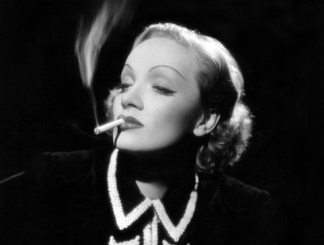 Marlene Dietrich Fumando