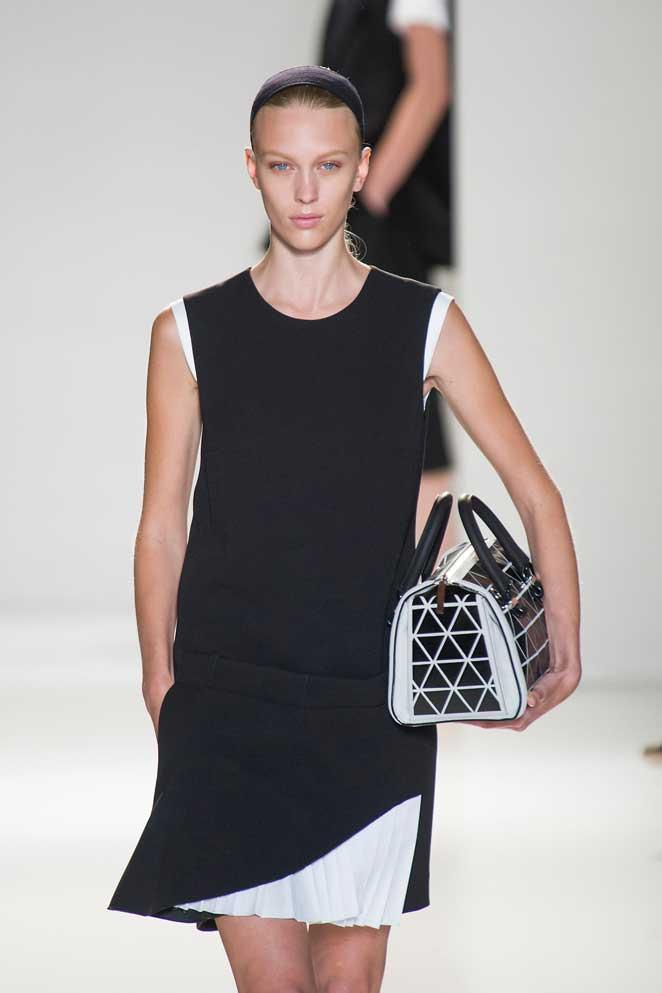 Las nuevas maneras de llevar el bolso (sin colgarlo del hombro)