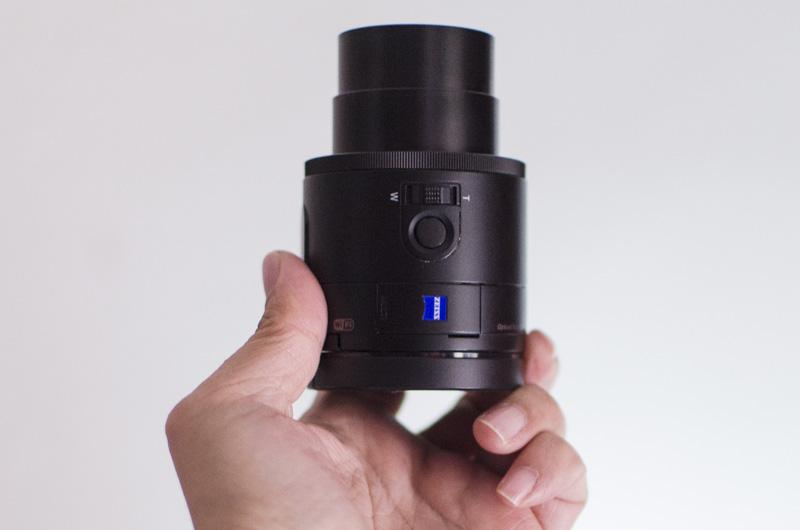 Aunque no lo parezca la Sony QX100 es una cámara, pero pensada para usarse con el móvil