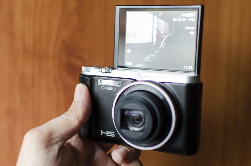 La Casio ZR1000 dispone de una pantalla abatible ideal para hacer selfies