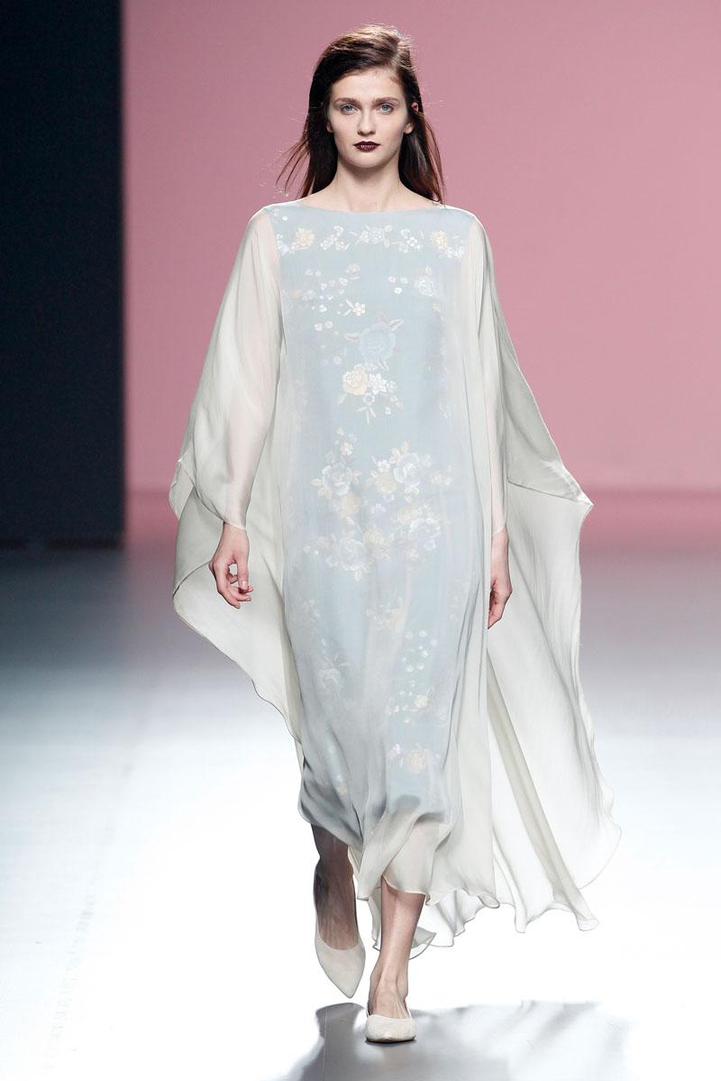 Duyos recupera el romanticismo del mantón de manilla