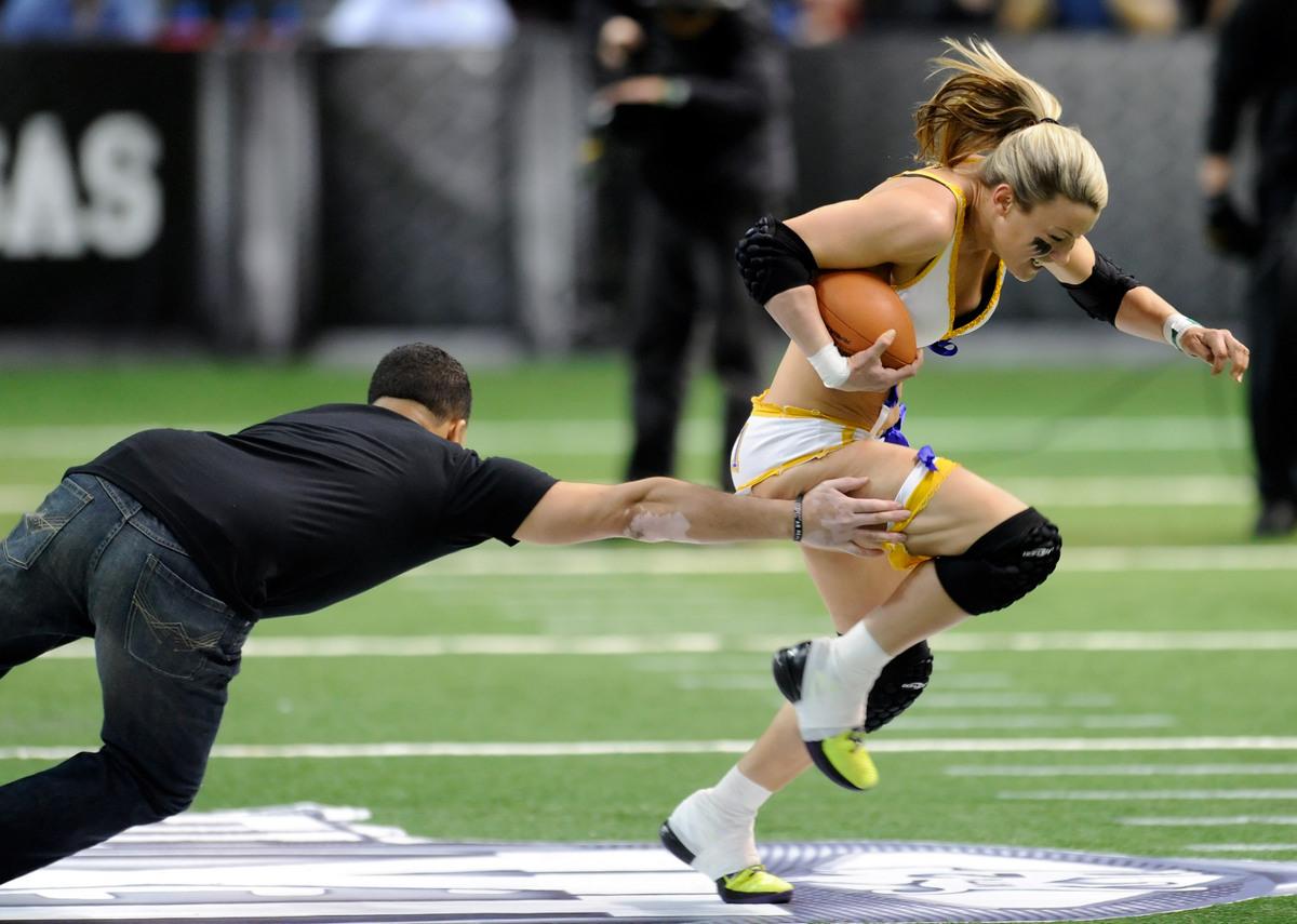 Un tipo se lanza contra una de las jugadoras de la Legends Football League