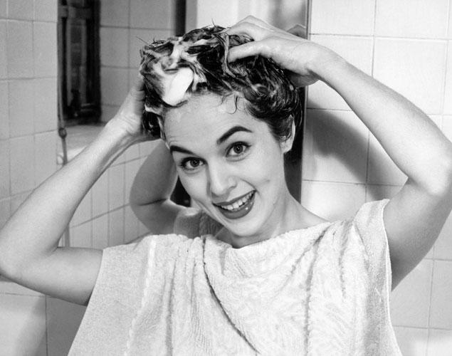 Lavarse el pelo al revés, ¿el truco definitivo para una melena de anuncio?