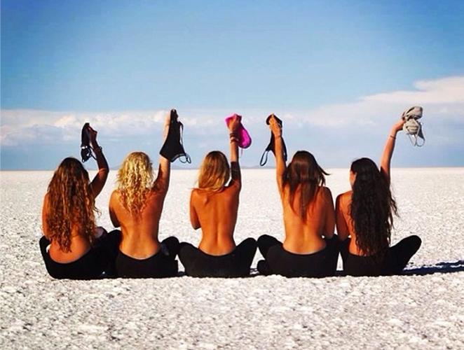 Las 'instagramers' que recorren el mundo sin camiseta