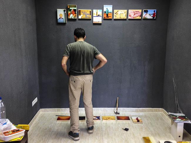 Ricardo Cases en pleno montaje de su exposición El Blanco en el colectivo Alumbre.