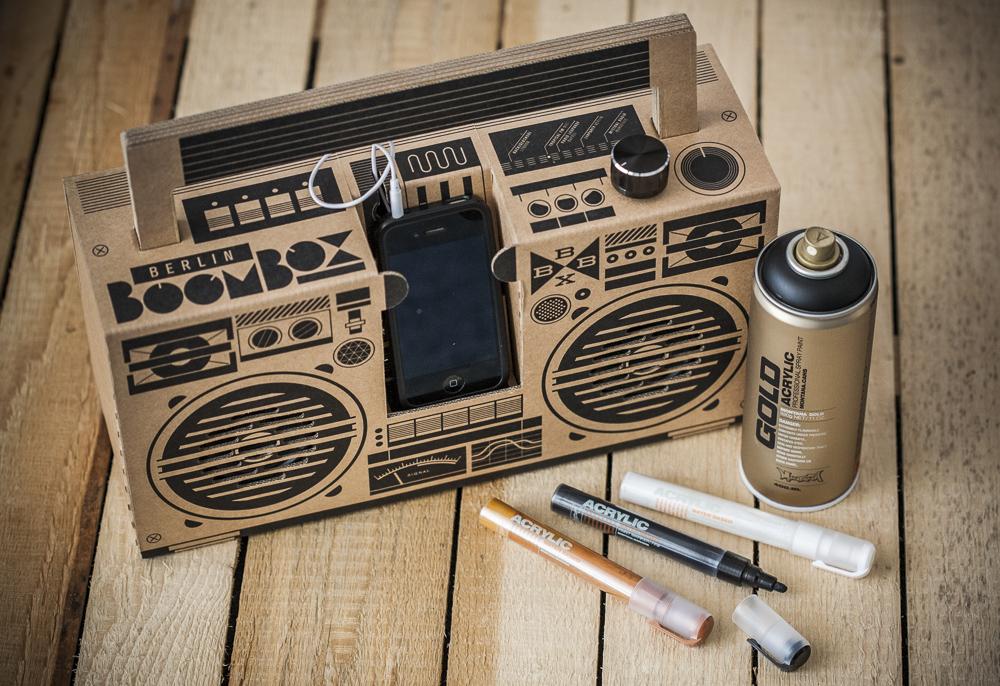 Berlin Boombox es un dock para el iPhone con aspecto de radiocasete.