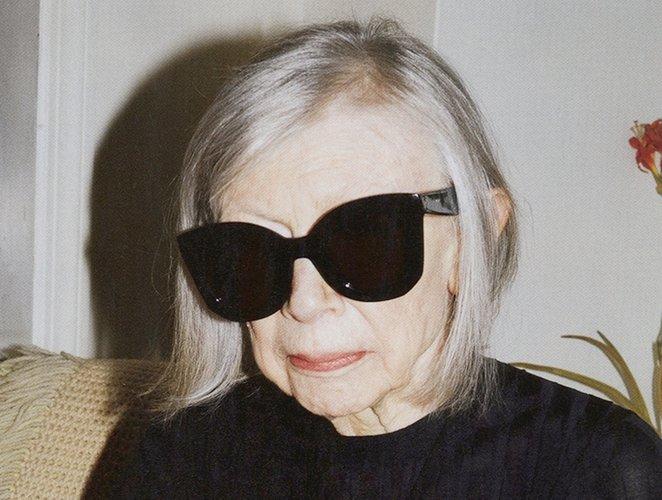 Joan Didion y otras autoras célebres que escribieron sobre moda