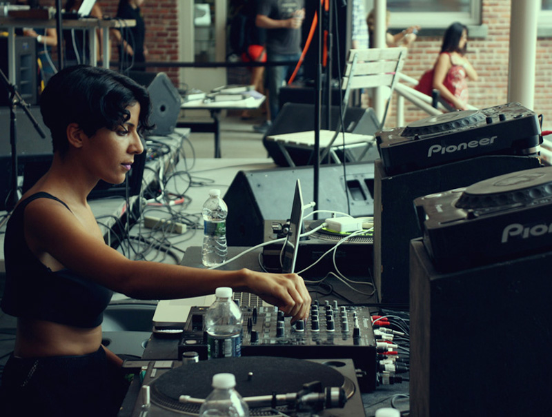 ¡Anda, una mujer con un sintetizador!