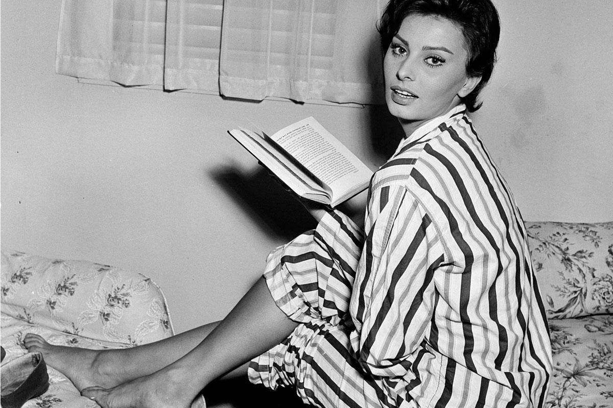 Sophia Loren leyendo