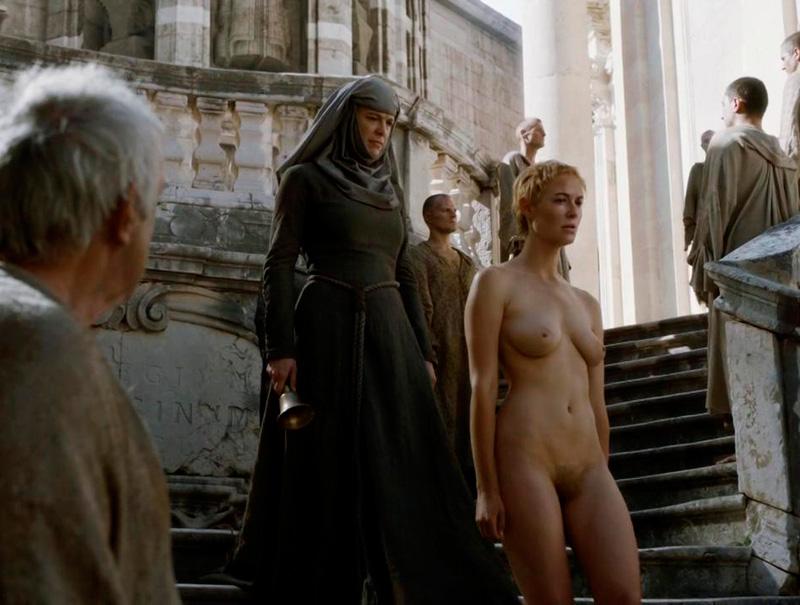 Louise arroja fotos de desnudos