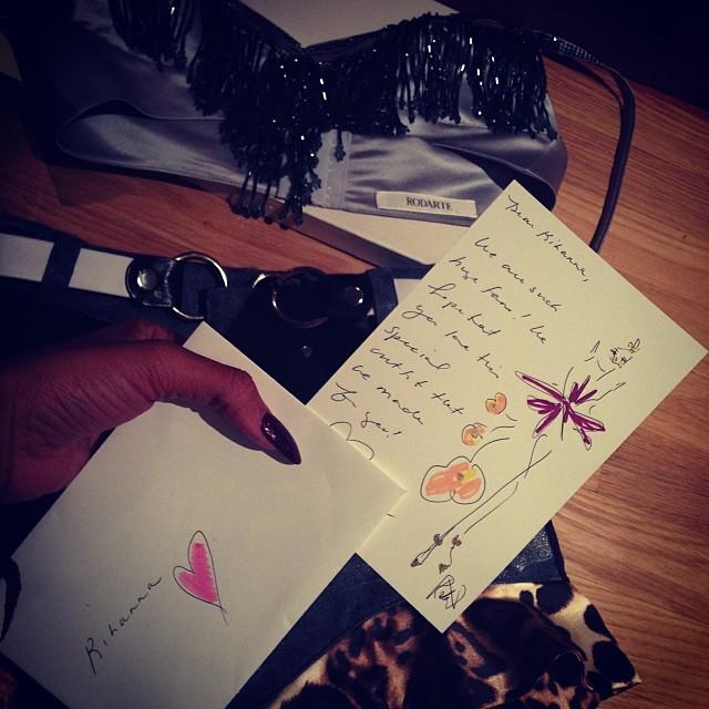 Rihanna presume de regalos navideños de las firmas de lujo en Instagram