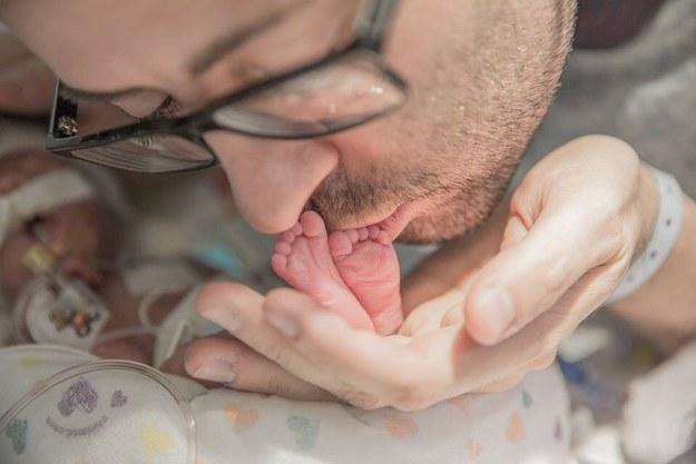Un padre canta a su hijo recién nacido tras la muerte de su madre en el parto