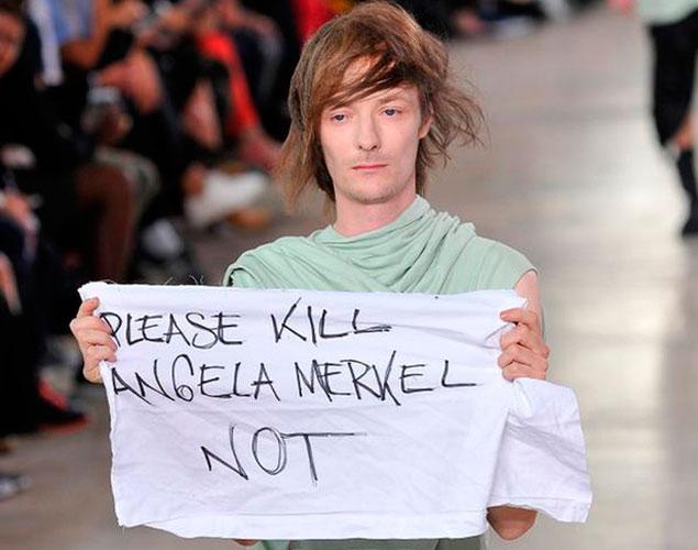 Un modelo de Rick Owens la lía desfilando con una pancarta contra Merkel