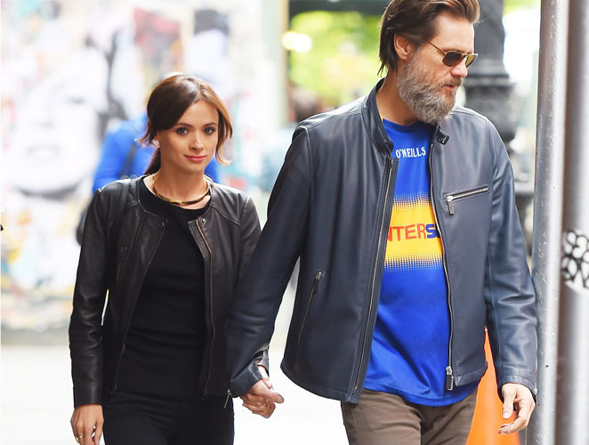 Jim Carrey y su novia paseando por las calles de Nueva York el pasado mes de mayo. Foto: Cordon Press