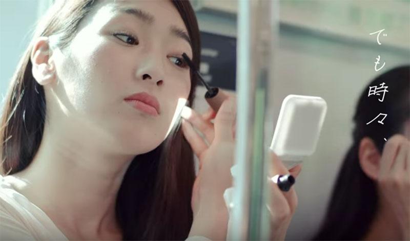 ¿Qué tiene de malo maquillarse en el tren? En Japón no lo ven bien