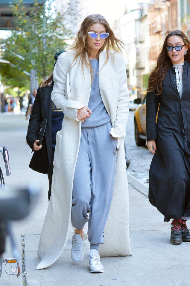 El inquietante 'abrigo-escoba' de Gigi Hadid