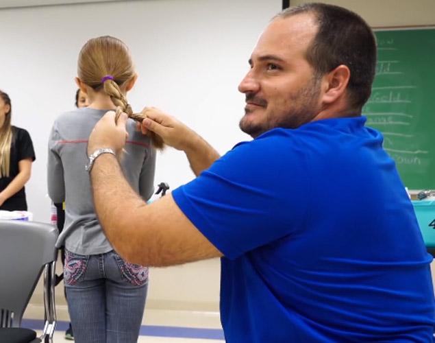 El padre más querido de internet enseña a otros padres a peinar a sus hijas