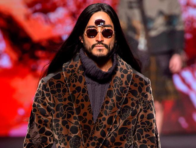 La pasarela masculina recupera las gafas con tres cristales de Prince
