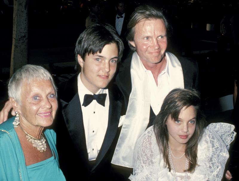 El increíble vestido que llevó Angelina Jolie de niña en los Oscar de 1986