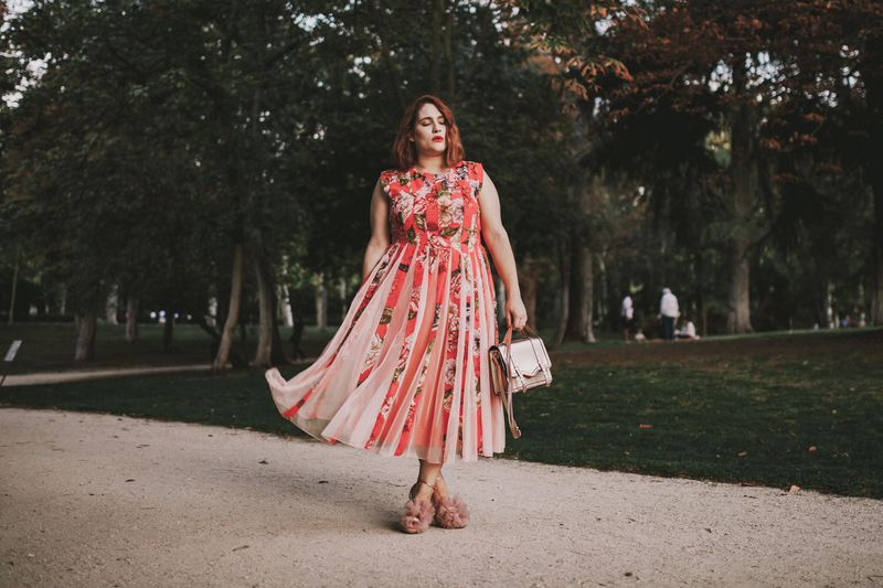 El look de la semana: combinar rosa y rojo en un vestido largo